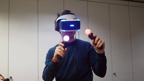 Try before you buy: every PlayStation VR will come with an 8 game demo disc Read more Technology News Here --> http://digitaltechnologynews.com Sony has announced that its PlayStation VR virtual reality headset will include an old-fashioned demo disc like those included with the original PlayStation and the PS2.  The disc will contain eight games including some major titles such as DriveClub VR and EVE: Valkyrie.  The other six games are: PlayStation VR Worlds RIGS Mechanized Combat League…