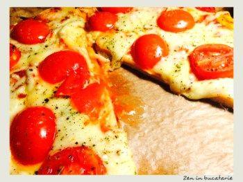Pizza cu mozzarella si rosii - pizza de casa