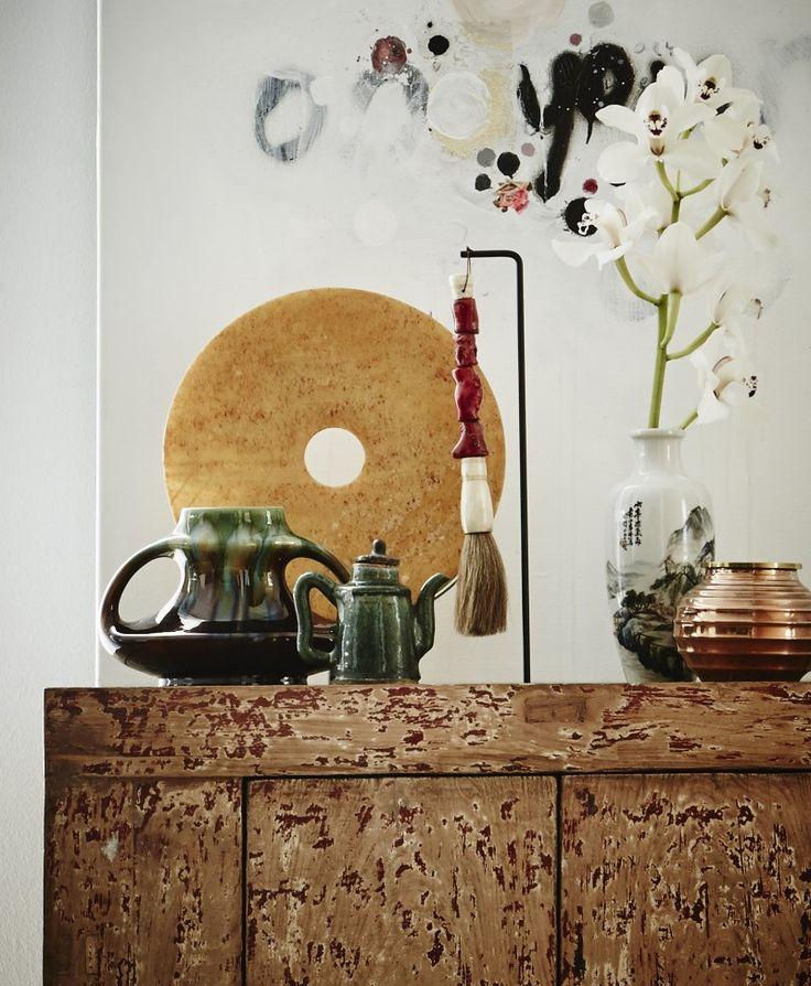 Behang bamboe uit de collectie Sumatra 221 van www.arte-international.com, kelim stoeltje, plaid met franjes, kelim kussen, theepotje en taf...