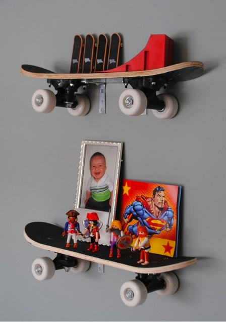 Super stoer een skateboard als wandrek.
