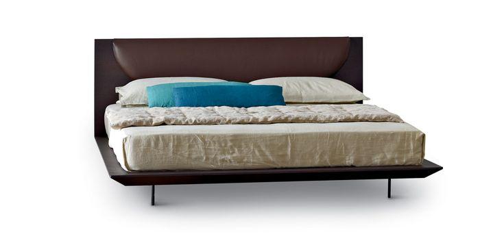ARflex Il letto Joy è luminoso e lineare, galleggiante e grafico, con la sua caratteristica nelle morbide progressive curve dell'imbottitura della testata.Allo stesso tempo, maschile e femminile.La testata può essere realizzata imbottita, con struttura in legno rivestita in poliuretano sagomato