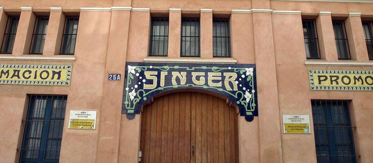 """Almacén 'Singer' construido en 1913 por el arquitecto José Espiau y Muñoz, sobre suelo segregado del contiguo convento de Santa Clara y fue taller de montaje y reparación de máquinas de coser de la conocida marca """"Singer""""."""