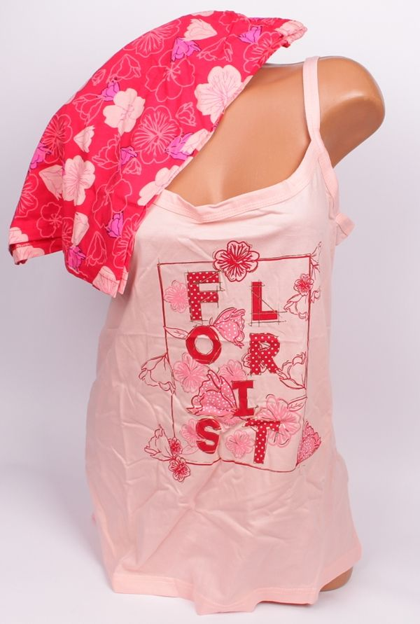 Лятна макси пижама в два тона корал Макси лятна пижама в два цвята. Горното е потник с тънка презрамка в светло коралово и апликация - надпис и цветя. Долното е къс панталон в коралов цвят и разноцветни цветя.