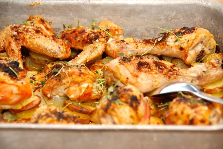 Bedste opskrift på kylling i fad, der steges i ovnen sammen med skiveskårne kartofler. Kyllingen krydres med paprika og timian. Til kylling i fad skal du bruge (til fire personer): 1,5 kilo økologisk kylling 800 gram kartofler 1 deciliter