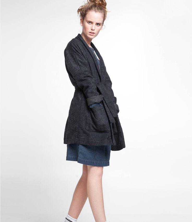Deze jas vanKings of Indigo heeft het model van een kimono en de look alsof het wol is.De jas heeft twee grote zakken op de voorkant en zowel open als dicht met de ceintuur te dragen. KOI is een Nederlands merk waar wij helemaal fan zijn, ze combineren comfort énstijl inéén ontwerp.  Maatadvies: Dejas valt normaal.  Heb je toch vragen? Bel ons dan gerust even voor advies:  +31 20 362 07 84