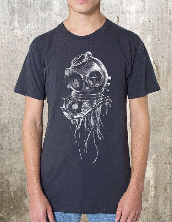 Der Herren-t-shirt verfügt über eine original Abbildung der Qualle Stacheln ragte aus den unteren Rand dieses alte Eisen-Tauchgang-Helm! Diese
