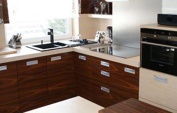 Bardzo klasyczna ale stylowa aranżacja kuchni w domu lub mieszkaniu.