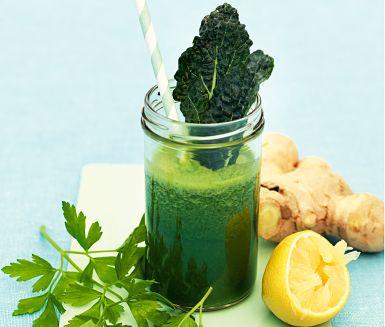 Det går att juica det mesta i frukt- och grönsaksväg. Här är en vitaminstinn råpressad juice med lakritstoner från selleri och fänkål, fräsch syra från citron, kryddig ingefära och balanserad sötma från äpple.