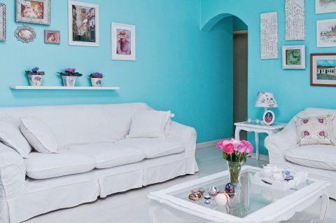 Para criar um ambiente provençal, Marcia de Martinho usou tinta azul nas paredes (Metalatex Requinte Superlavável, cor Slick Blue da Sherwin-Willians) e móveis brancos. Duas poltronas Luís XV foram restauradas e o abajur recebeu tecido floral na sua cúpula.