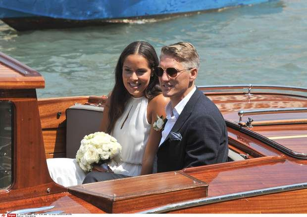 Ana Ivanovic et Bastian Schweinsteiger, malheureux au jeu, heureux en amourTennis player Ana Ivanovic and Germany soccer player Bastian Schweinsteiger sit in a boat during their wedding, in Venice, Italy, Tuesday, July 12, 2016. (AP Photo/Luigi Costantini)/VEN102/16194396122305/1607121437