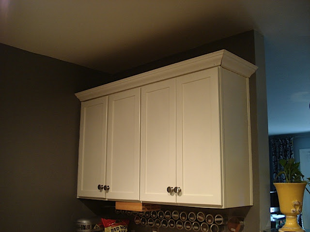 crown molding on cabinets add crown moulding to the top of cabinets diy 14253