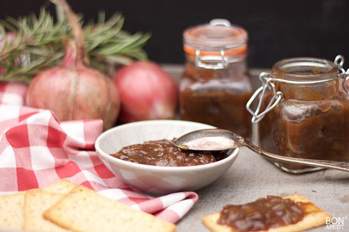 Deze uienchutney krijgt een Limburgs tintje door het gebruik van stroop i.p.v. suiker. Het is recept is simpel maar het resultaat is verbluffend lekker!