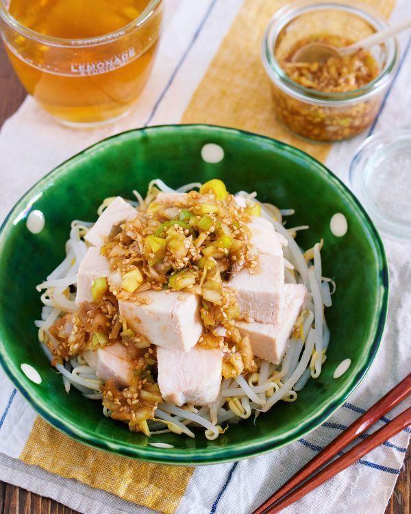 野菜高騰時にオススメ!    鶏むね肉ともやしを使った  簡単メイン。    作り方は、とっても簡単で  鶏むね肉をレンジでチンして蒸し鶏に。    あとは、もやしと一緒に器に盛り  旨味たっぷりの中華だれをかけるだけ。    たったこれだけだけど  鶏むね肉は驚くほど柔らかく  もやしはシャキシャキ。    淡白な食材同士の掛け合わせですが  タレがしっかりしているので  モリモリ食べれること間違いなしですよー♪