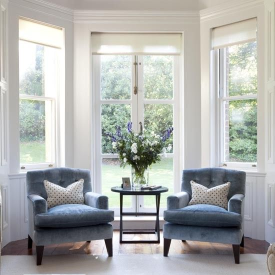 love this pair of chairs set in the bay window. so cozy