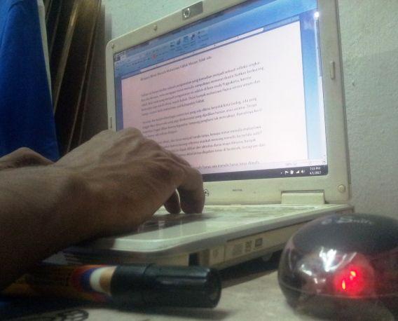 Mengapa Minat Menulis Mahasiswa Fakfak Tak Ada ?   Tulisan ini hanya besifat sebuah pengamatan yang kemudian menjadi sebuah refleksi singkat. Apa dan kenapa serta mengapa minat menulis nampaknya menurun drastic bahkan berkurang sekali. Kota sudy yang menjadi pengamatan ini adalah di kota study Yogyakarta karena kebetulan saya masih disini; masih kuliah. Disini banyak mahasiswa Papua secara umum dan hampr seratus lebih mahasiswa asal kabupaten Fakfak. Tersebar dan kuliah diberbagai…