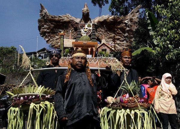Seren Taun adalah upacara adat panen padi masyarakat Sunda yang dilakukan setiap tahun. Upacara ini berlangsung khidmat dan semarak di berbagai desa adat Sunda. Upacara adat sebagai syukuran masyar…