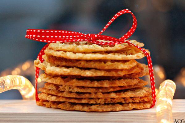 Havreflarn er ikke akkurat det jeg vil kalle sexy julekaker. De er ganske tradisjonelle og trauste og lite spennende i formen: runde, tynne og monokrome. Men de er også gode barndomsninner. Som da jeg fikk være på kjøkkenet og bake julekaker på egenhånd for første gang. Jeg er sikker på at jeg lagde havreflarn nok … … Fortsett å lese →