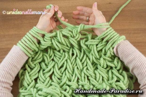 Вязание руками объемного шарфа (10)