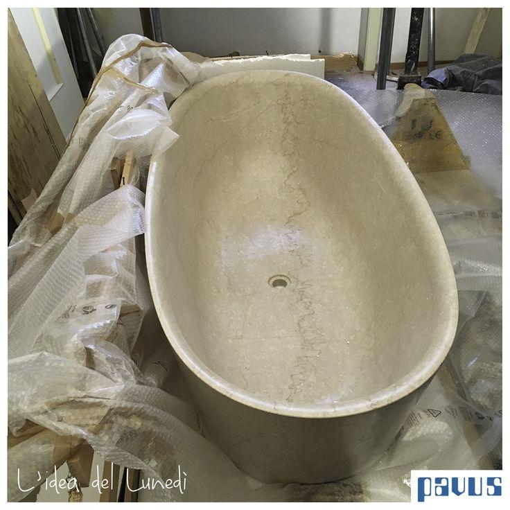 Ecco qui una vasca Pibamarmi scavata da un blocco intero di marmo in procinto di essere posizionata nella sua sede definitiva.