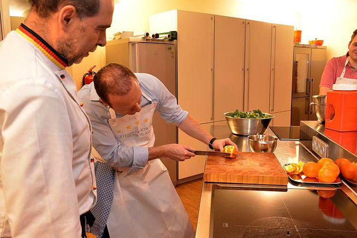 """Kochkurs """"Heimisches Wild"""" im Sterne Kochclub Deutschland, Offenbach: Armin filitiert eine Orange - und passt ganz genau auf."""