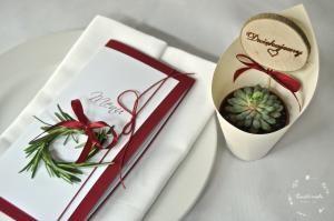 Nakrycie z rozmarynowym wianuszkiem i upominek dla gościa