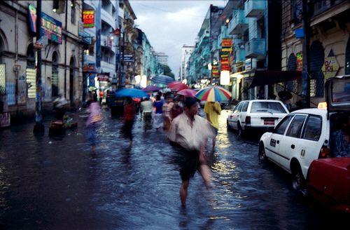 moonsoon street...una strada nella downtown di rangoon dopo una pioggia monsonica