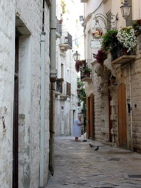 Giovinazzo, Puglia : le pulizie del mattino