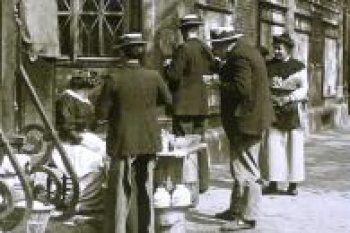 """Marchande de soupe -Au début du XXe siècle, le photographe Louis Vert a capturé des images touchantes du """"petit peuple"""" parisien. Des clichés en noir et blanc à redécouvrir aujourd'hui, grâce à la Société française de photographie.:"""