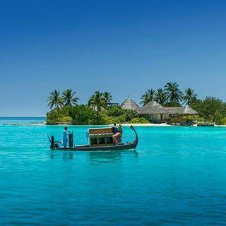 """Bu adaların bir gün sonsuza dek yok olabileceğini düşünecek olursak, """"hayatta sadece bir kere olur"""" listemize Maldivler'i mutlaka eklemeliyiz 💙💙💙 Maldivler, gerçek dünyadan kaçışın belki de en konforlu adresi! 💙💙💙  Kuzey Male Mercanı'nda yer alan, Male'den sürat motoruyla sadece 25 dakika mesafede olan Four Seasons Kuda Huraa   hem çocuklar hem de yetişkinler için çok keyifli 💙💙💙 Yoga ve Spa seçenekleriyle bizleri dinlendirirken, çocukları da eğlencenin zirvesine çıkarıyor. Masalsı…"""