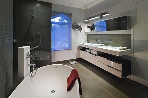 Bathroom with floating basin and shelf underneith