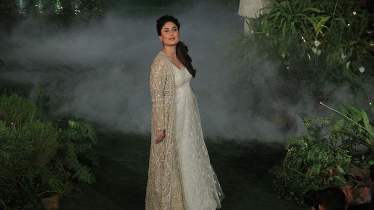 PICS!  Becoming a mother doesn't mean you're home-bound: Kareena Kapoor Khan , http://bostondesiconnection.com/pics-becoming-mother-doesnt-mean-youre-home-bound-kareena-kapoor-khan/,  #Becomingamotherdoesn'tmeanyou'rehome-bound:KareenaKapoorKhan