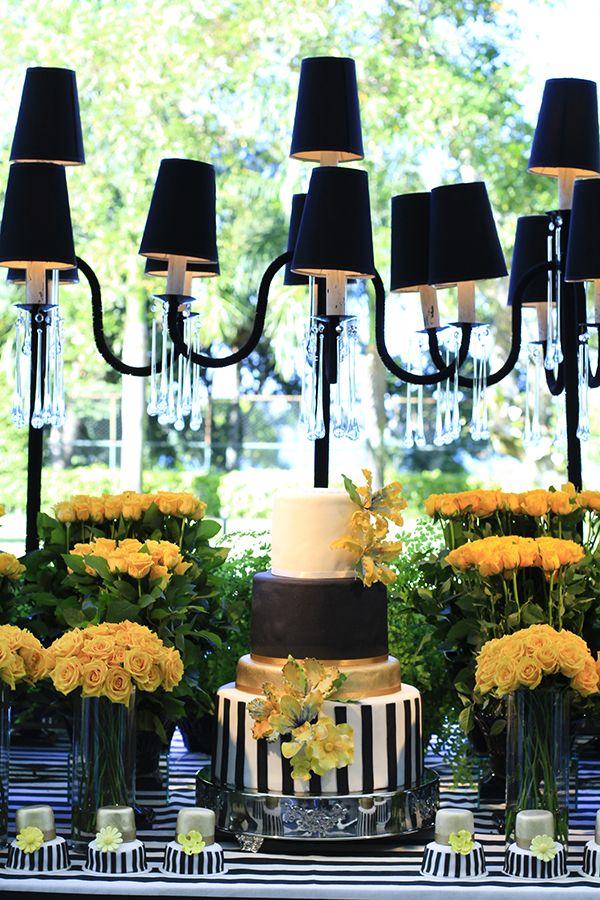 Bolo com listras preto e branco, dourado e flores amarelas
