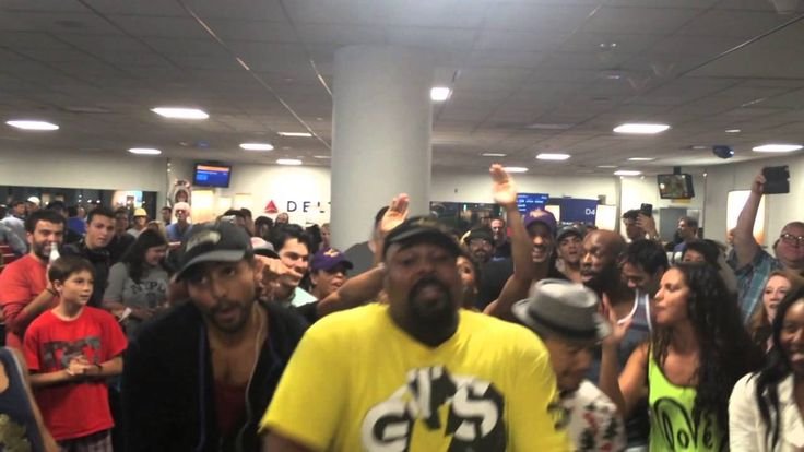 The Lion King And Aladdin Broadway Casts Sing While Waiting At The Airport