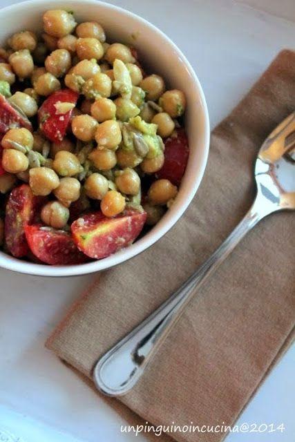 Insalata di ceci, pomodorini, pesto e mandorle | Un Pinguino in cucina