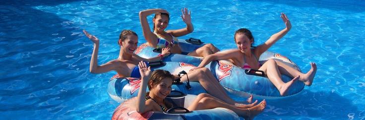 Młodzież na koloniach w basenie