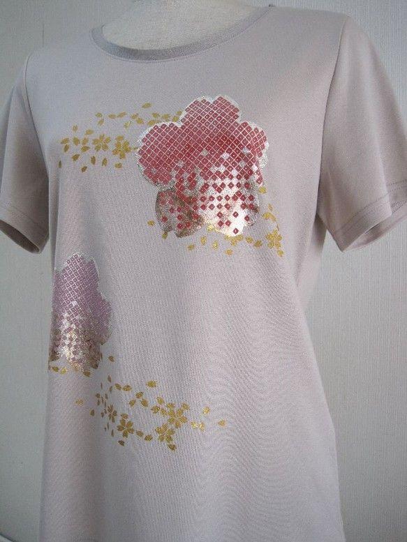 さくらの花をデザインし 柄の中に着物の技法で匹田という技法を使用しました。さくら匹田に銀の焼箔を張り付けています。地色には ローズとうす赤紫色を彩色しました。...|ハンドメイド、手作り、手仕事品の通販・販売・購入ならCreema。