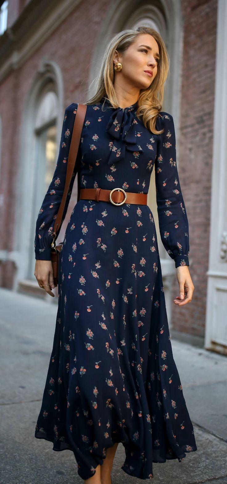 Klicke für Outfit-Details! Dunkelblaues Maxikleid mit tiefem Ausschnitt und Wildleder-Stiletto-Pumps aus Wildleder, ein Braun – FrauenMode