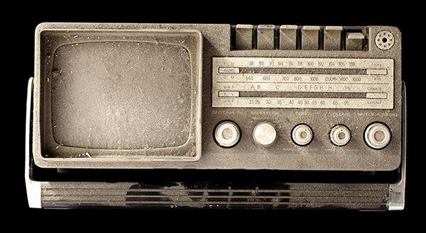 TUNING ANELLO Durata: 3:24 Anno: 2011 L'opera video Tuning vuole di stimolare una riflessione sul comportamento umano dinanzi a delle azioni di guerra.