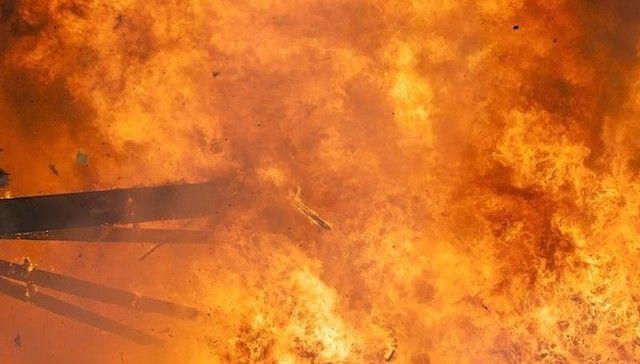 L'home és precipita una casa en flames per SALVAR su Millor amic