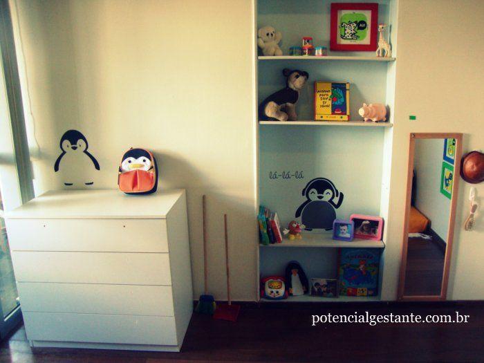 no quarto montessoriano com tema pinguim, nosso filho tem acesso a livrinhos a alguns brinquedos de que ele mais gosta, além do cantinho da beleza.  esse quarto foi feito para nosso filho quando ele tinha 2 anos de idade mas, conforme a criança cresce, é interessante aumentar a acessibilidade e autonomia dela.