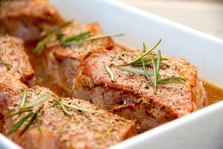 Kvalitets opskrift på nakkefilet langtidsstegt i fad med rosmarin og kalvefond. Tilberedningen gør kødet super mørt og særdeles velsmagende. Nakkefilet langtidsstegt i fad er en både nem og lækker …