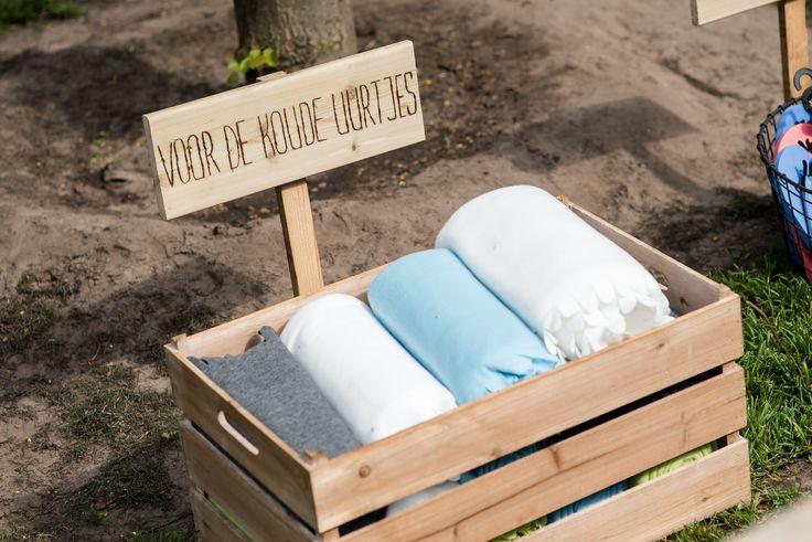 Nederlandse zomeravonden kunnen onverwacht fris zijn. Dit bruidspaar had vooruit gedacht, hier kunnen gasten die hun trui of jas zijn vergeten een fleecedekentje pakken. Hoeve Kindergoed is een officiële trouwlocatie en groepsaccommodatie op een schapenboerderij in Ermelo. De locatie is te huur voor een dag(deel) of een weekend. Overnachten kan in een van de slaapzalen of op de camping. Het ervaren team helpt jullie aan een relaxte bruiloft. Ga voor meer informatie naar…