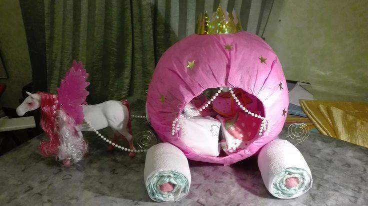 Carrozza con pannolini per una piccola principessa