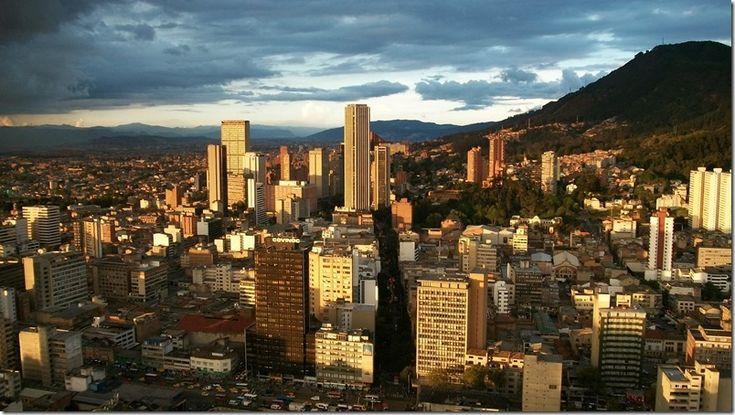 Así se vistió la Torre Colpatria de Bogotá en honor a Venezuela (foto) http://www.inmigrantesenpanama.com/2015/07/06/asi-se-vistio-la-torre-colpatria-de-bogota-en-honor-a-venezuela-foto/