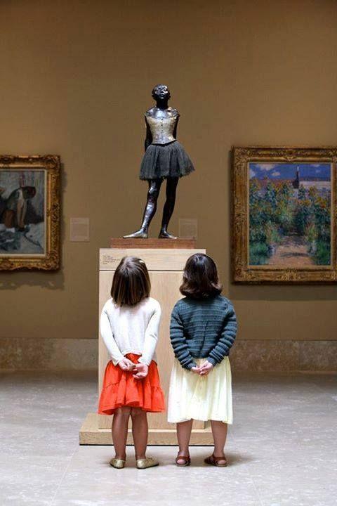 """Rory apontou para a bailarina da estátua. """"É a minha vovó."""" """"Ela não parece uma vovó"""" """"Ela ainda não era minha vovó na estátua. Mas a mamãe me disse que colocaram ela aqui porque ela dançava muito bem"""""""