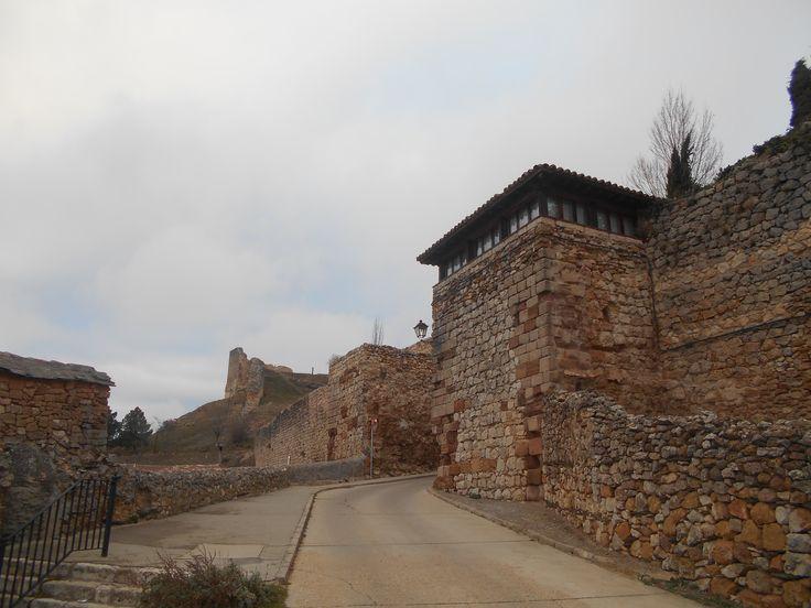 Entrada a la villa de Atienza. Se aprecian las murallas