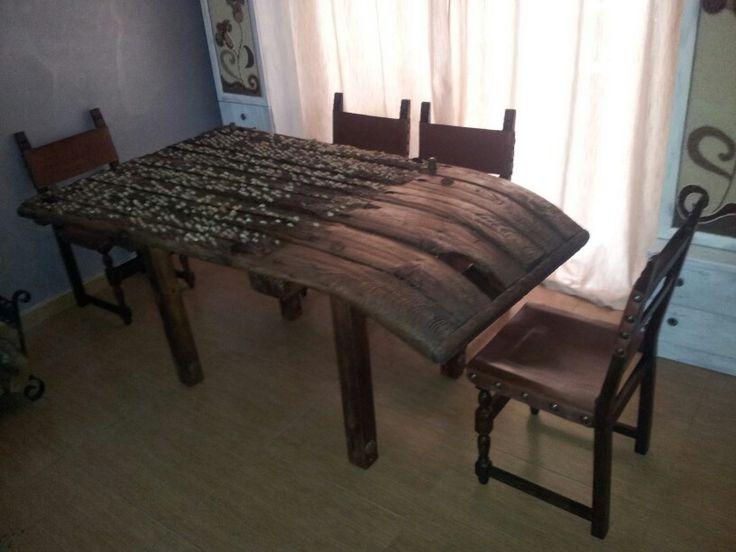 Mesa con antiguo trillo