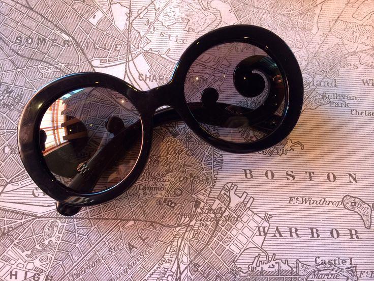 Vem buscar seus óculos para poder curtir aquela viagem dos sonhos... www.oticaswanny.com #oculos #de #sol #sunglasses #online #prada #barroco #redondo #luxo #oticas #wanny