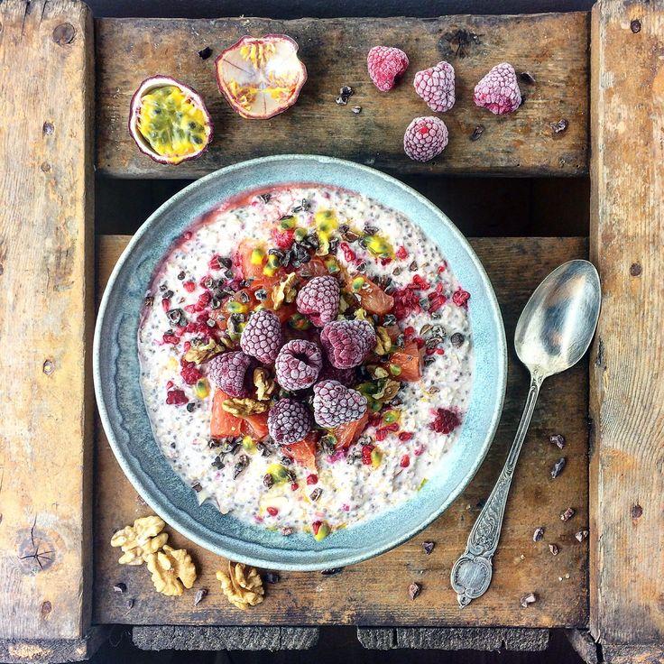 Iblødsatte havregryn med hindbær, passionsfrugt og pink grape – Mad med glød