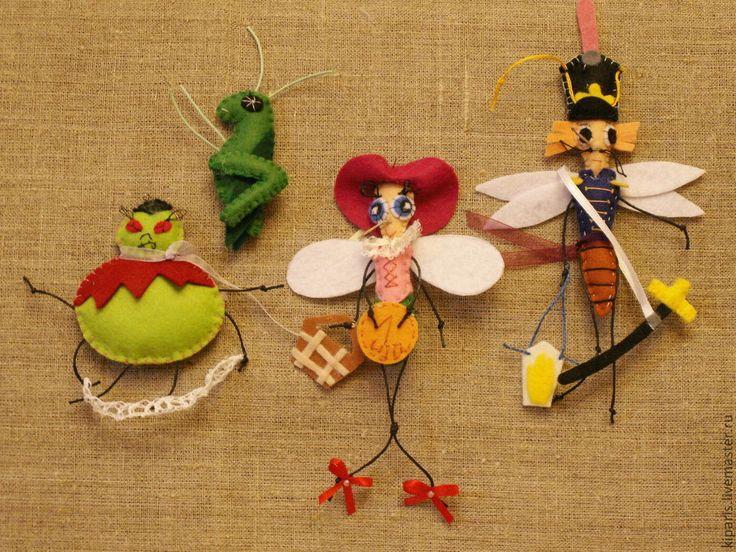 Купить или заказать Фетровая игра ( Муха-цокотуха) в интернет-магазине на Ярмарке Мастеров. По сказкам Корнея Чуковского. Сказка для самых маленьких детей. Цветовая гамма меняется. По желанию могу сделать любую другую сказку. В сказке 14 персонажей. муха-цокотуха, комар, паук, жук-музыкант, таракан-музыкант, муравей, блошки-2 шт, пчела, сороконожка, жук-рогатый, бабочка, самовар, кузнечик.